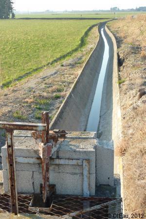 Canal irrigation gravitaire avec revêtement