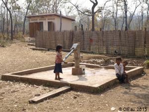 Pompe à main dans une école - Preah Vihear - Cambodge